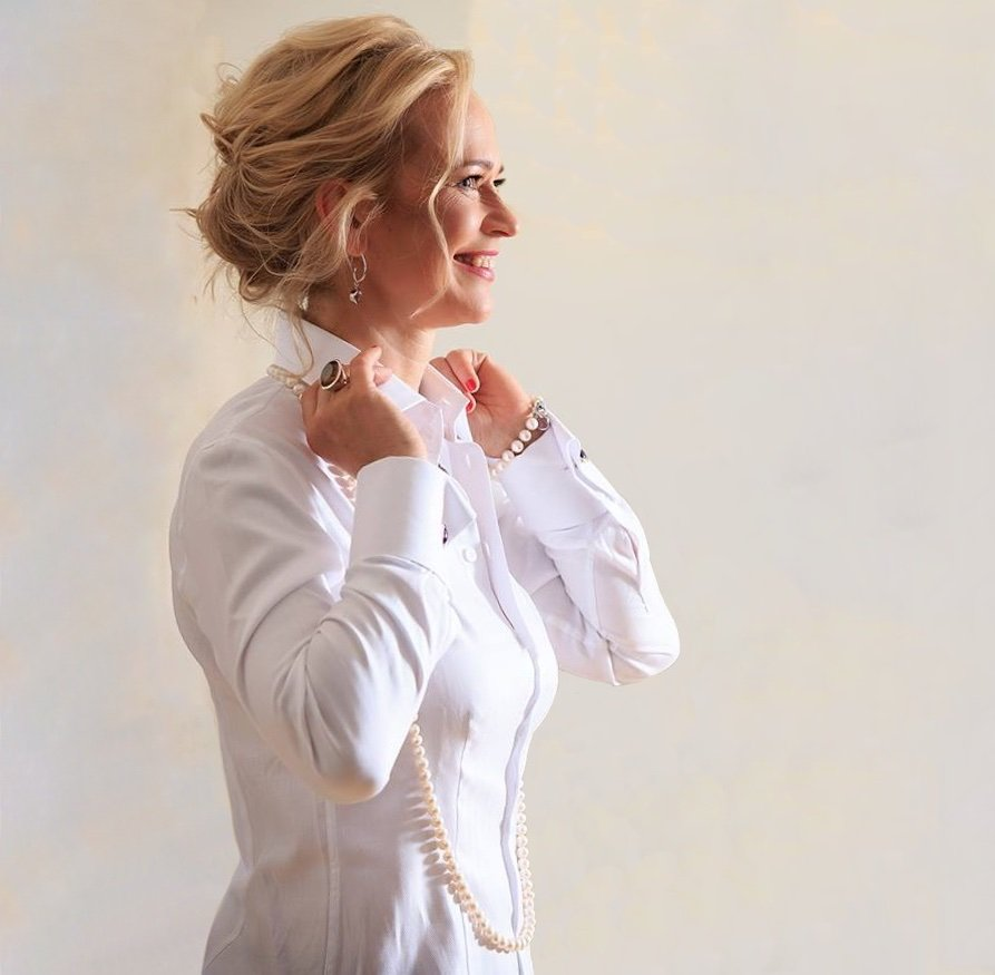 woman wearing luxurious women's white shirt