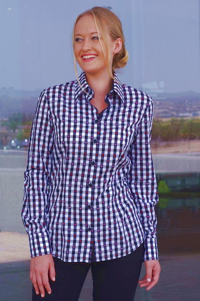 naine kannab mustaruudulist pluusi