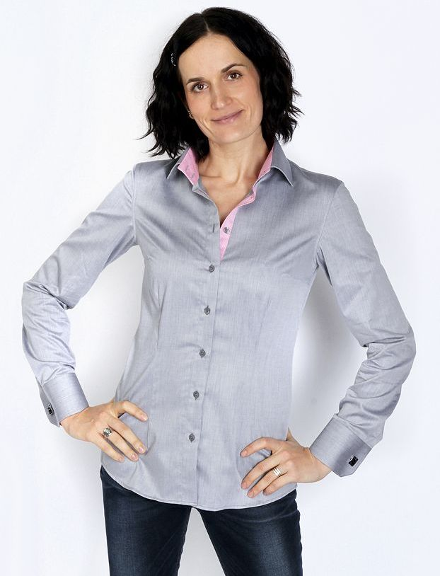 woman wearing grey dress shirt with jeans