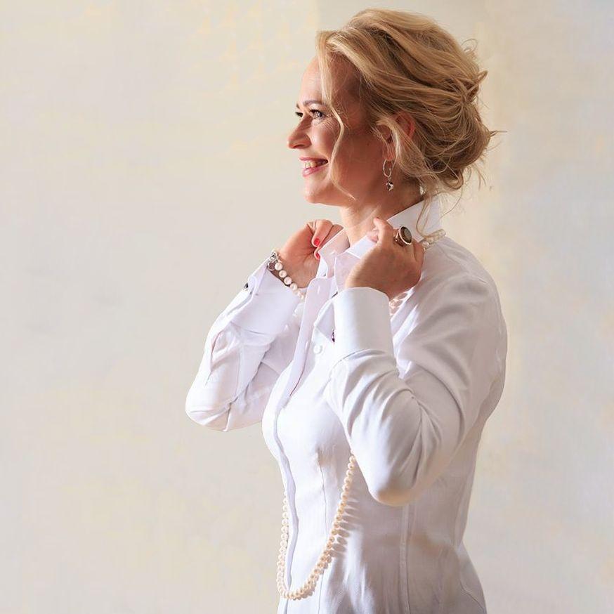 weiße Bluse mit Umschlagmanschetten