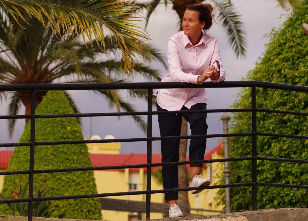 roosa triiksärk siniste pükstega