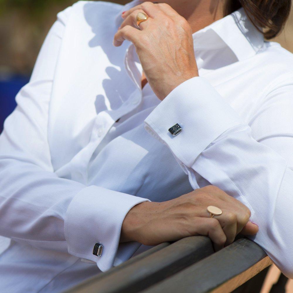 Weiße Bluse mit Doppelmanschetten